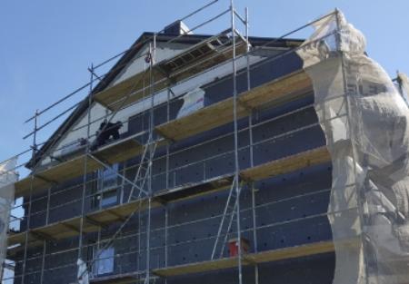 Docieplenie budynku ustawione rusztowanie
